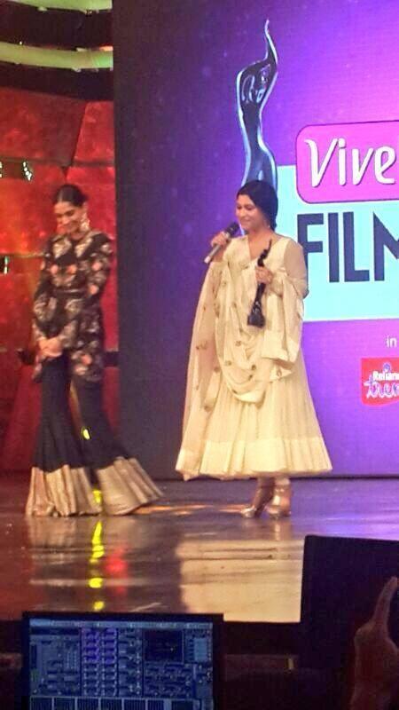 Konkona Wins The Best Actress Award At Vivel Filmfare Awards 2014