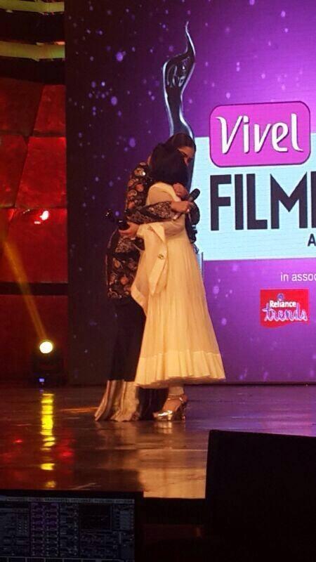 Sonam Hug Konkona At The Vivel Filmfare Awards 2014 Red Carpet