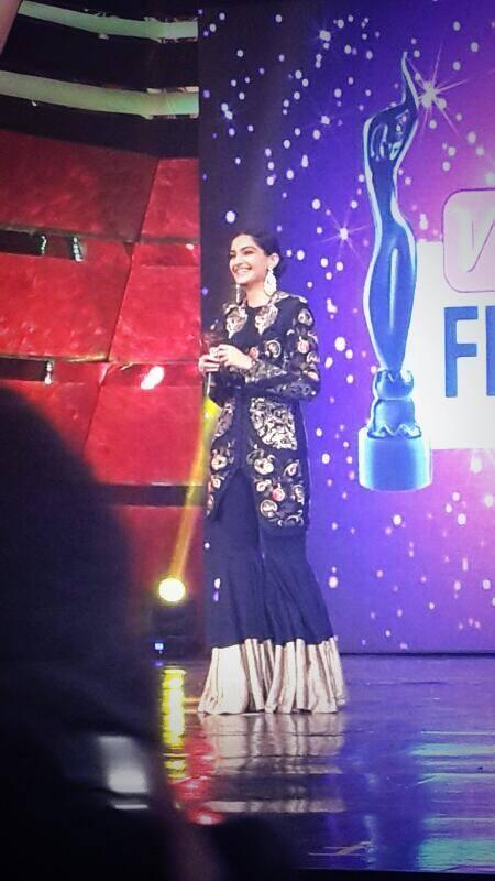 Sonam Kapoor Smiling Pic On Stage At The Vivel Filmfare Awards 2014 Event