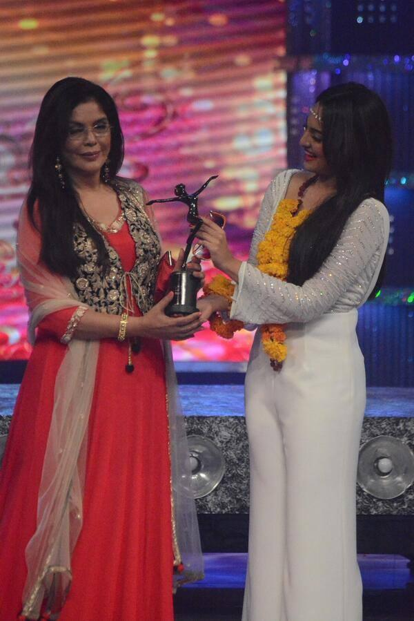 Sonakshi Sinha Received Trophy From Zeenat Aman At The Finale Of Fbb Femina Miss India 2014