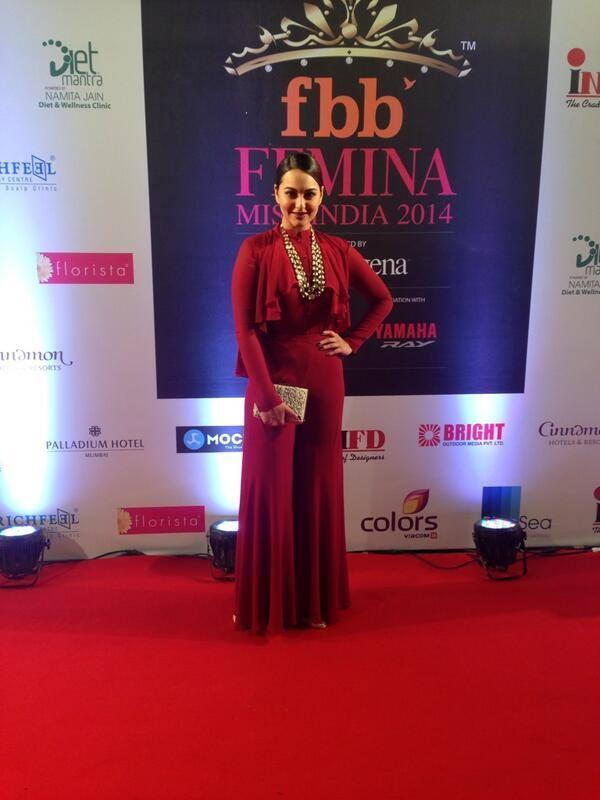 Sonakshi Sinha Strikes A Pose In Red Carpet During The Finale Of Fbb Femina Miss India 2014