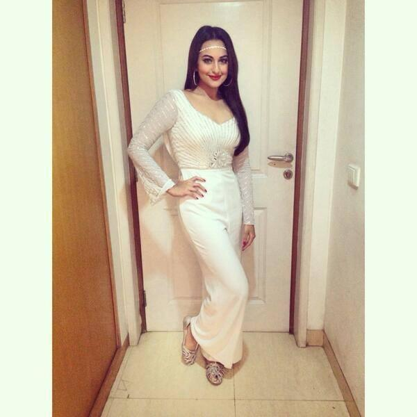 Sonakshi Sinha Stylish Look In White Gown At The Finale Of Fbb Femina Miss India 2014