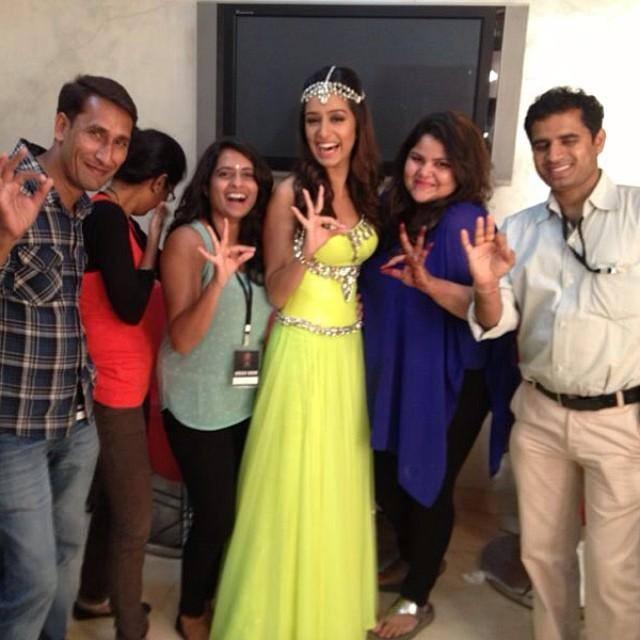 Pretty Girl Shraddha Kapoor Nice Pose With Her Team At The Miss India 2014 Finale