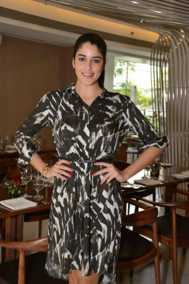 Izabelle Leite Glowing Pic In Suburban Hotel During Her Lunch Party