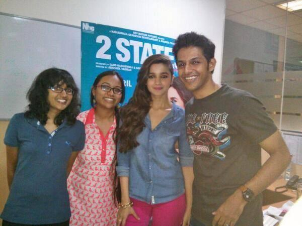 Alia Bhatt Sweet Pose Photoshoot With Her Fans In Bangalore During 2 States Promotion