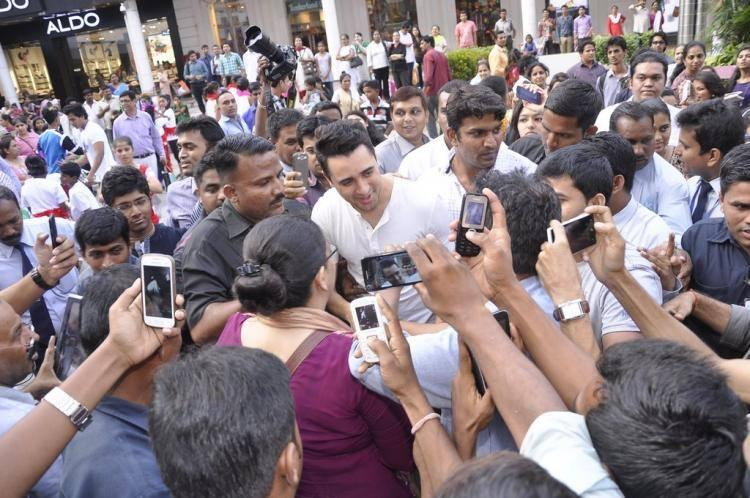 Fans Are Clicked Imran Khan Photo During The Promotion Of The Animation Movie Rio 2 In Mumbai