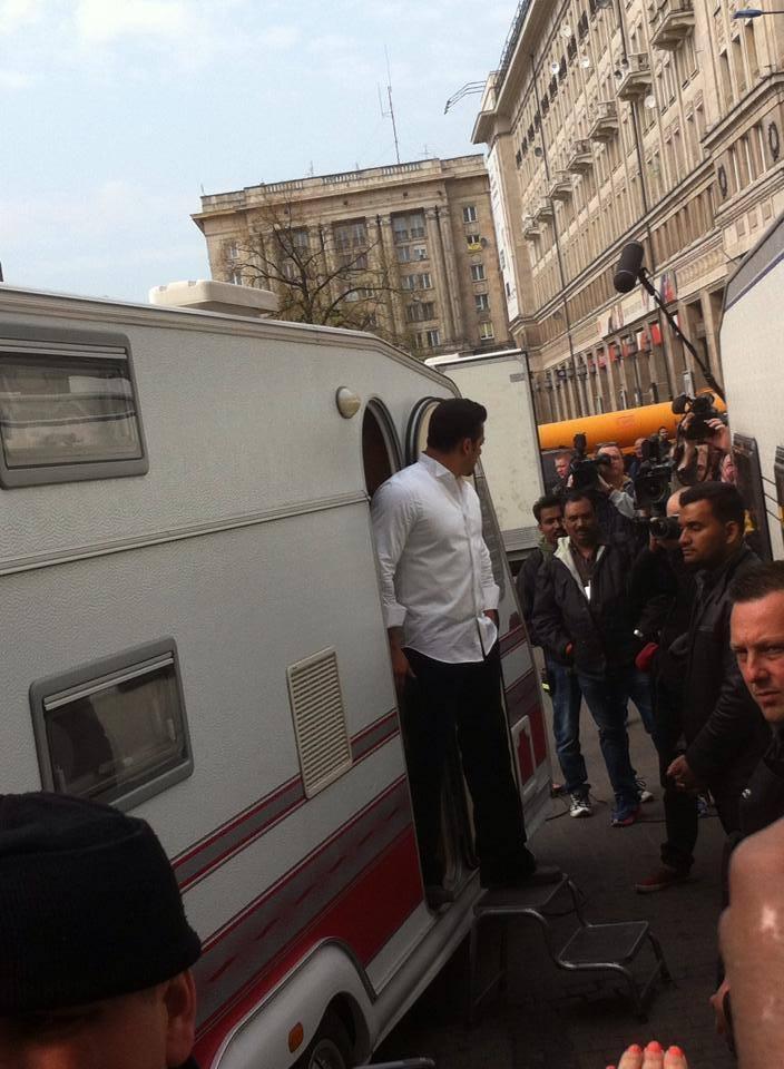 Salman Khan On Location Pic Of Kick Movie Shooting With His Vanity van