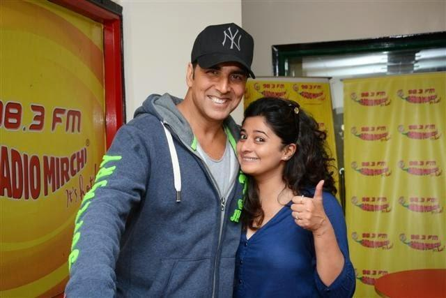 Akshay Kumar Smiling Pose With A Fan During Promote Holiday At 98.3 FM