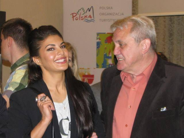 Jacqueline With A Fan In Warsaw For Kick Press Conference