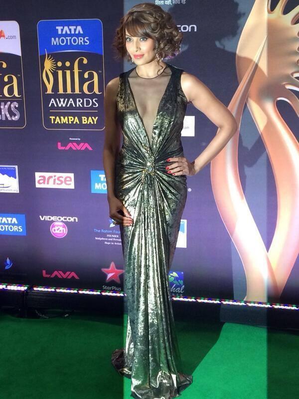 Bipasha Basu Opted Green Gown Stunning Pose In Green Carpet At The IIFA 2014