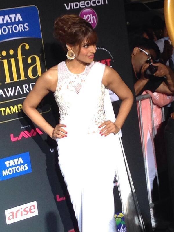 Bipasha Basu Dazzling Look In White Saree At The IIFA Magic Of The Movies Awards Function