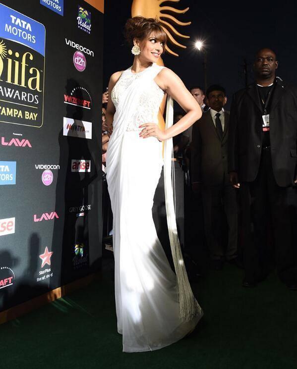 Bipasha Basu Glamour Hot Look In White Saree At The IIFA Magic Of The Movies Awards Function