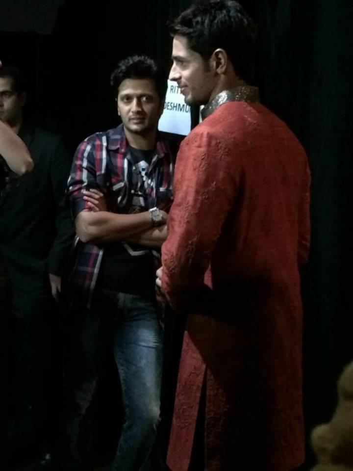 Riteish Deshmukh And Sidharth Malhotra Cool Look On The Back Stage Of IIFA Rocks 2014 Awards Function