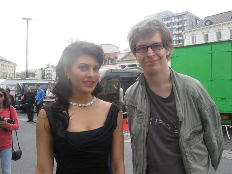 Jacqueline Stunning Pic With A Fan During The Shooting Sets Of Kick In Poland