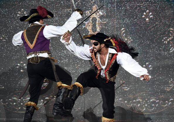 Farhan Akhtar And Shahid Kapoor Cool Fighting Pose During The 15th IIFA Awards 2014