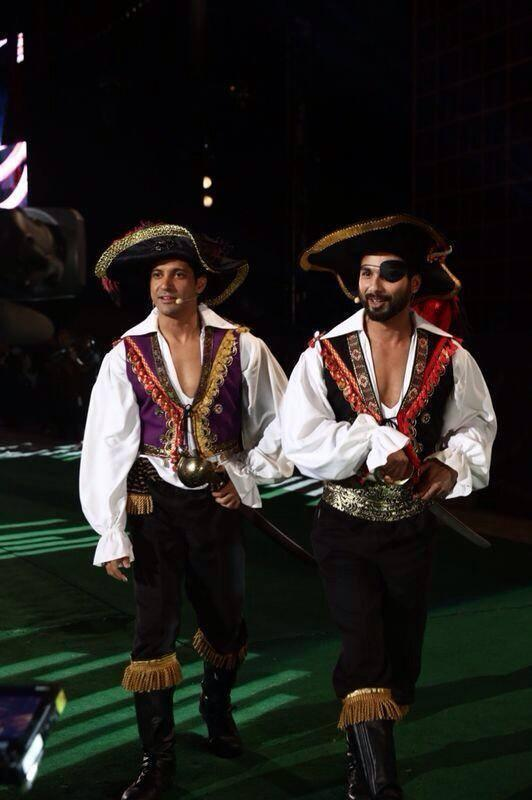 Farhan Akhtar And Shahid Kapoor Funny Look During The 15th IIFA Awards 2014