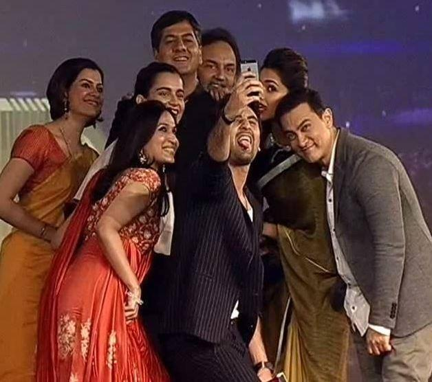Kangna,Ranbir,Deepika And Aamir Take Selfie Photo At The NDTV Indian Of The Year 2014 Awards Ceremony