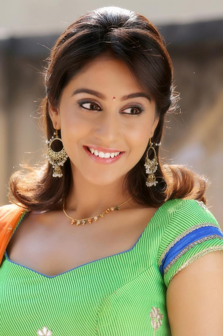 Smiling Regina Cassandra Charming Face Look Photo From A Movie Still