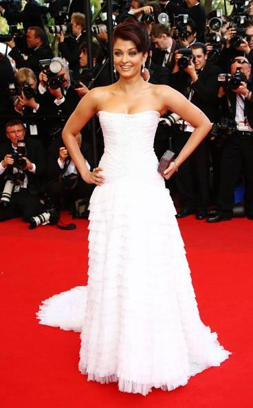 Aishwarya Stunning Look In Roberto Cavalli Gown Posed In Red Carpet At 62nd Cannes Film Festival In 2009