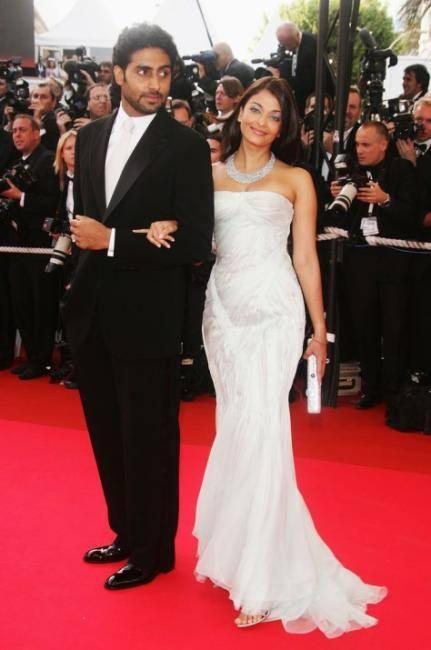 Gorgeous Aishwarya With Hubby Abhishek Posed In Red Carpet At 60th Cannes Film Festival In 2007