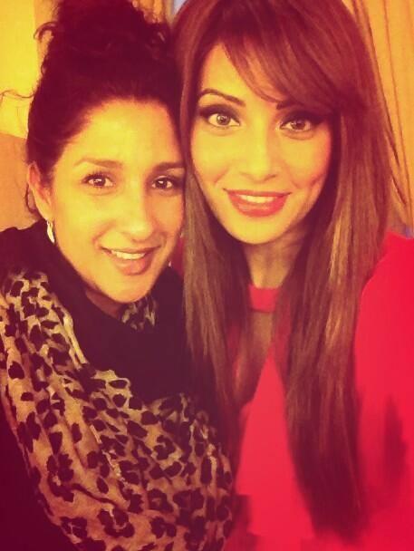 Bipasha Basu Cool Stunning Look With A Fan Photo At London