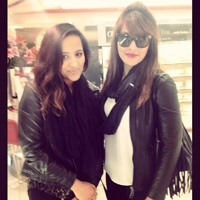 Bipasha Basu Glamour Look Posed With A Fan At London