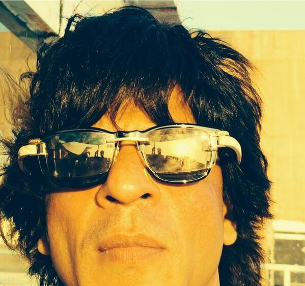 Clean Shaved Shahrukh Khan Dazzling Look Selfie Photo On The Sets Of Happy New Year Movie