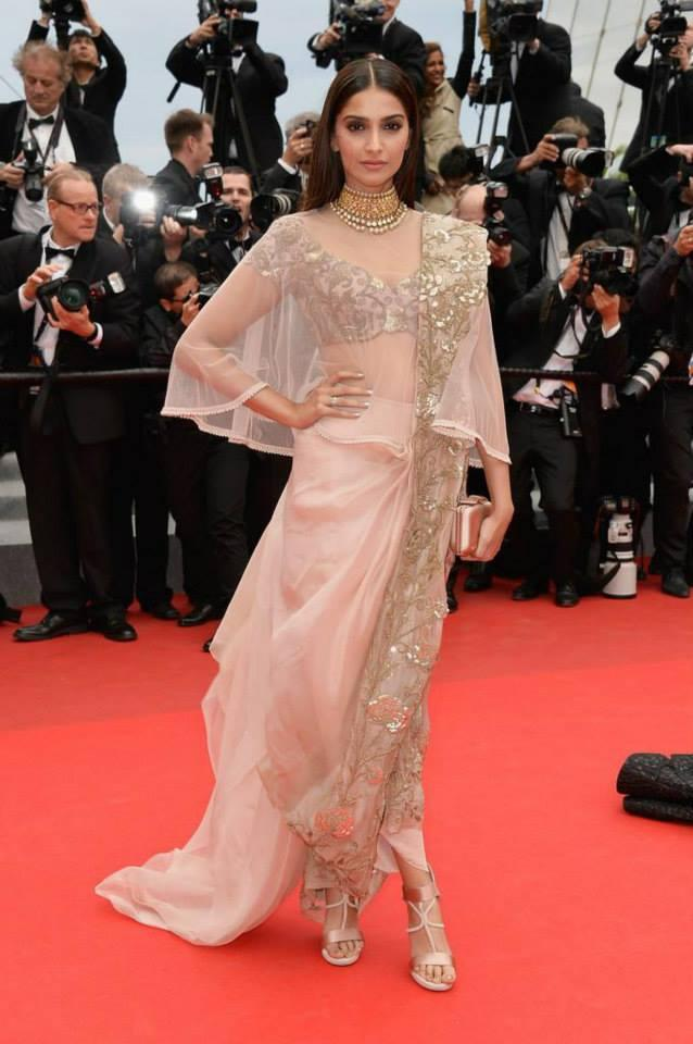 Sonam Kapoor Elegant Pose In Red Carpet During The Premiere Of Foxcatcher In Cannes 2014 Festival