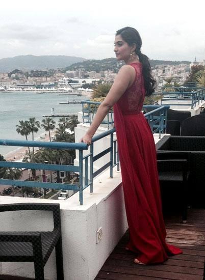 Sonam Kapoor Red Dress Chic Look During The Press Meet Of Cannes 2014