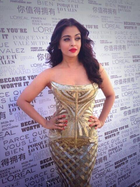Aishwarya Rai Bachchan Posed For Camera At The Cannes 2014 Film Festival