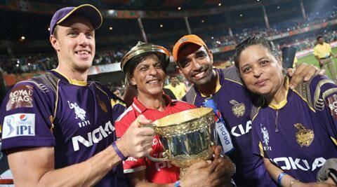 Shahrukh Khan With IPL 7 Winning Trophy At Bangalore's Chinnaswamy Stadium
