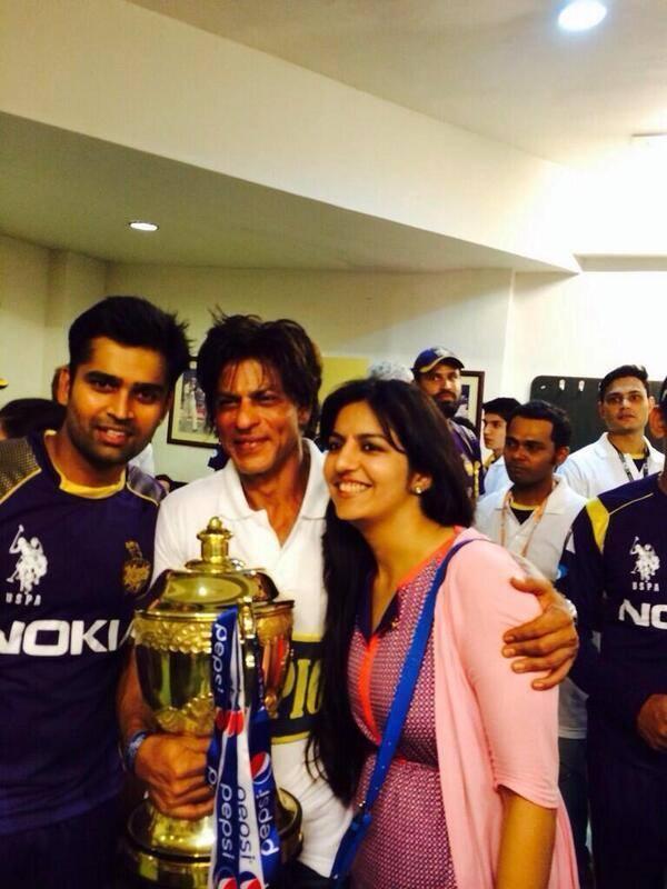 Shahrukh Khan Pose With KKR IPL 7 Won Trophy