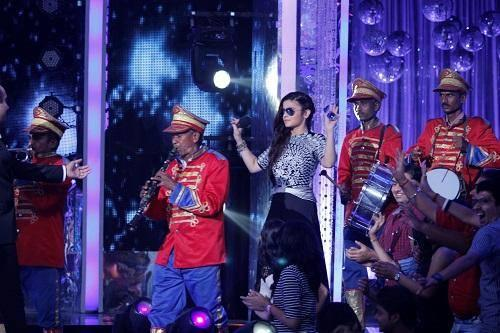 Alia Enter With Band On Jhalak Dikhhla Jaa 7 Grand Premiere For HSKD Promote