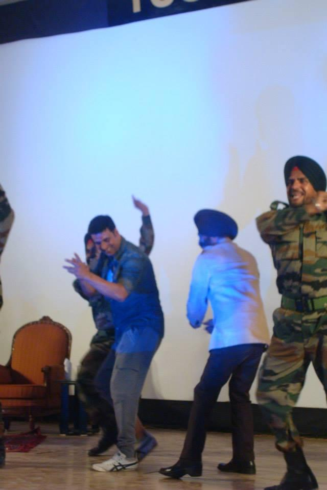 Akshay Kumar Dance With The Real Life Heroes And Promote His Upcoming Movie Holiday