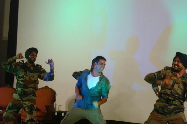 Akshay Kumar Enjoy With The Real Life Heroes During His Holiday Promotion