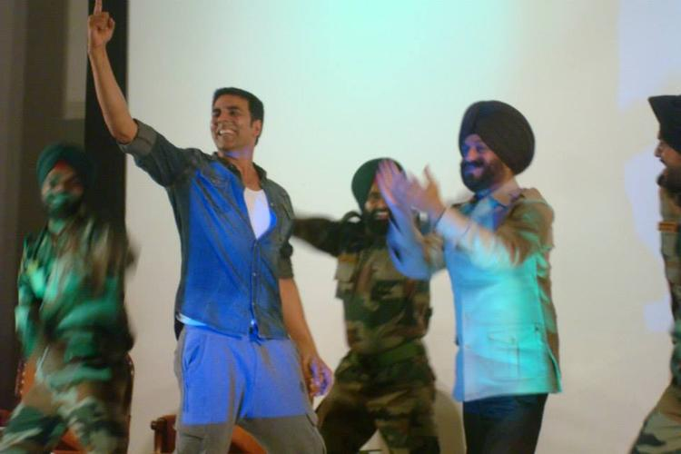 Akshay Kumar Entertain The Soldiers And Enjoy The Sweet Moment With Real Life Heroes