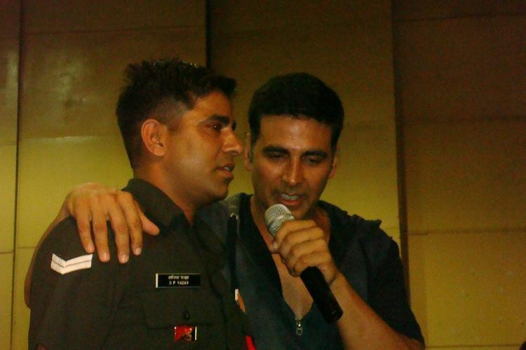 Akshay Kumar Share A Moment With A Soldier During His Holiday Promotion