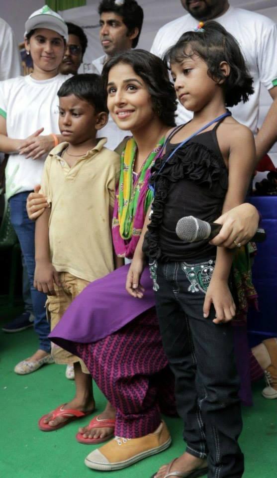 Vidya Balan Posed With Kids During The Promotion Of Bobby Jassos At Kolkata