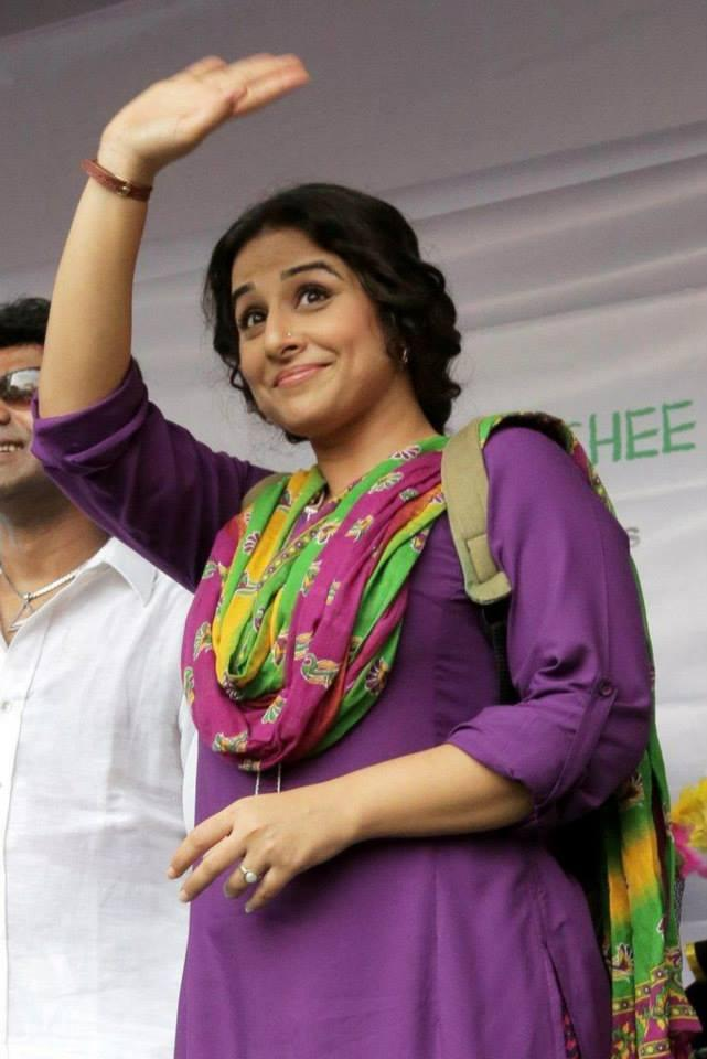 Vidya Balan Waves Her Hands To Fans During The Promotion Of Bobby Jassos At Kolkata