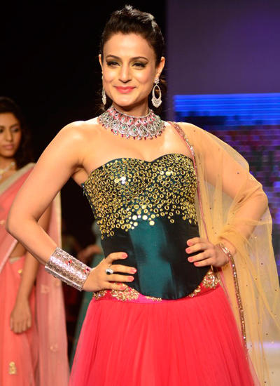 Ameesha Patel Sexy Bridal Look Graced On Ramp At IIJW 2014