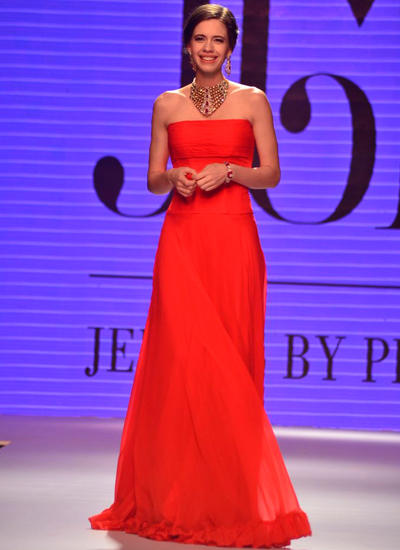 Kalki Koechlin Smiling Look On Ramp At IIJW 2014 Fashion Show