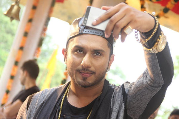 Honey Singh Take A Selfie Photo At Film City Mandir During His New Show Promotion