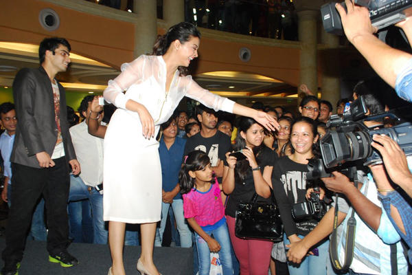 Surveen Meet With Her Crazy Fans During Hate Story Promotion