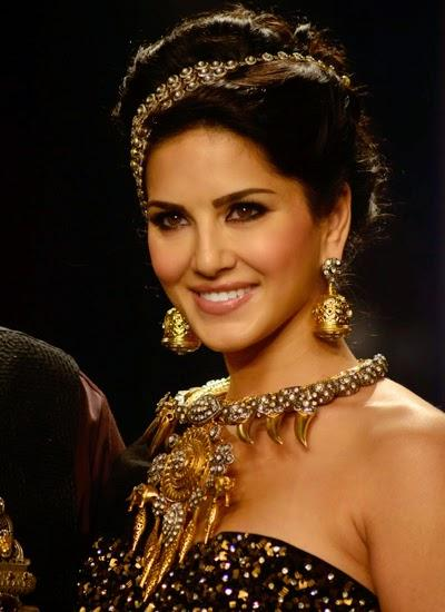Gorgeous Sunny Leone Smiling Look On 1st Day At IIJW 2014 Ramp Show