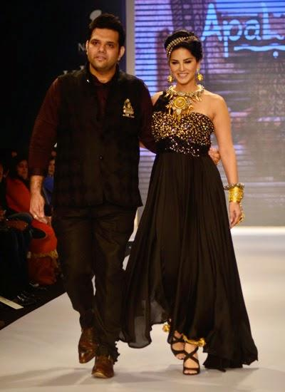 Sunny Leone Walks Ramp With Jewellery Designer Sumit Sawhney For Apala Jewels At IIJW 2014