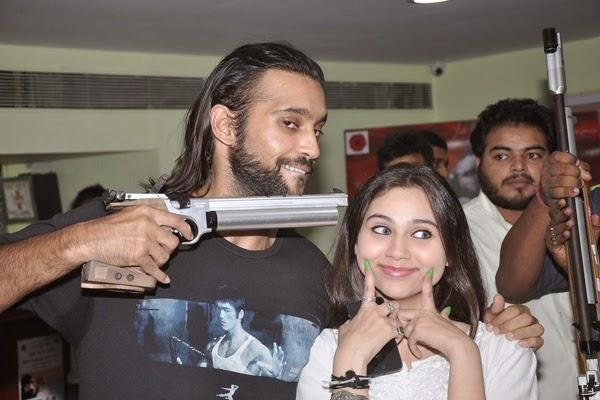 Akhil Kapur And Sasha Agha Funny Smiling Pose During The Promotion Of Desi Kattey At Mumbai Mayor Cup Shooting Competition 2014