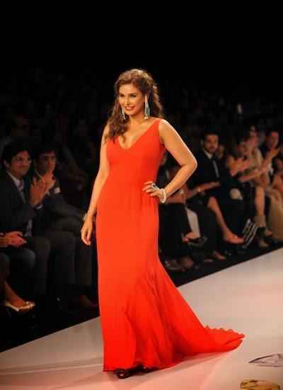 Indo Canadian Actress Lisa Ray Walk On Ramp For Farah Khan At The IIJW