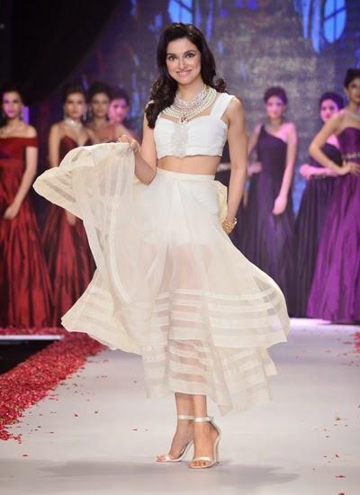 Divya Khosla Kumar Fabulous Look On Ramp At IIJW Day 2