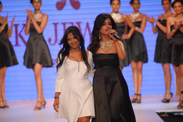 Shibani Kashyap Presenting The Style Statement Of Jewellery At The IIJW 2014