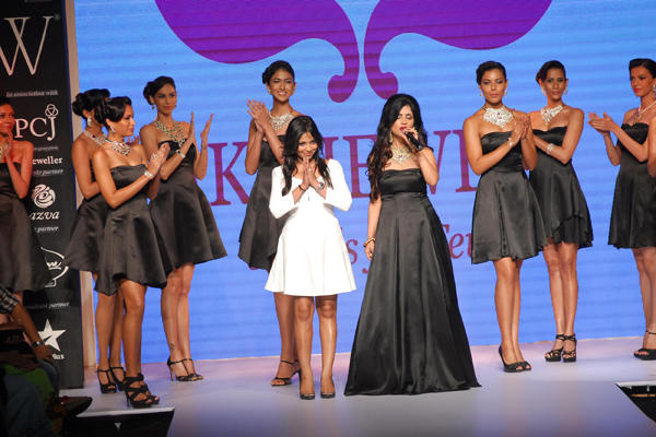 Shibani Kashyap Runway Still With Her Designer At IIJW 2014 Day 2 Event
